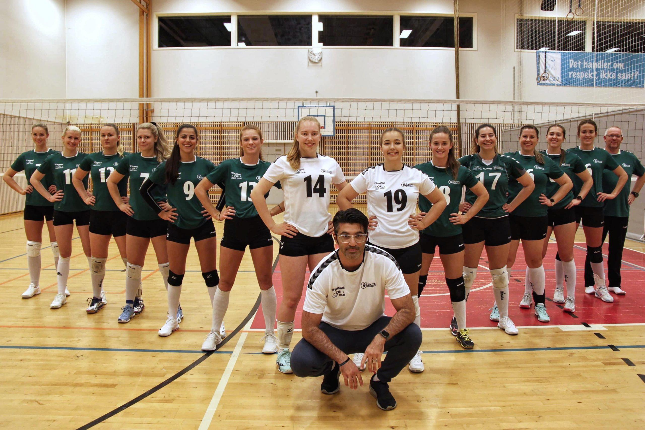 Volleyballspillere står oppstilt til lagbilde foran volleyballnett.